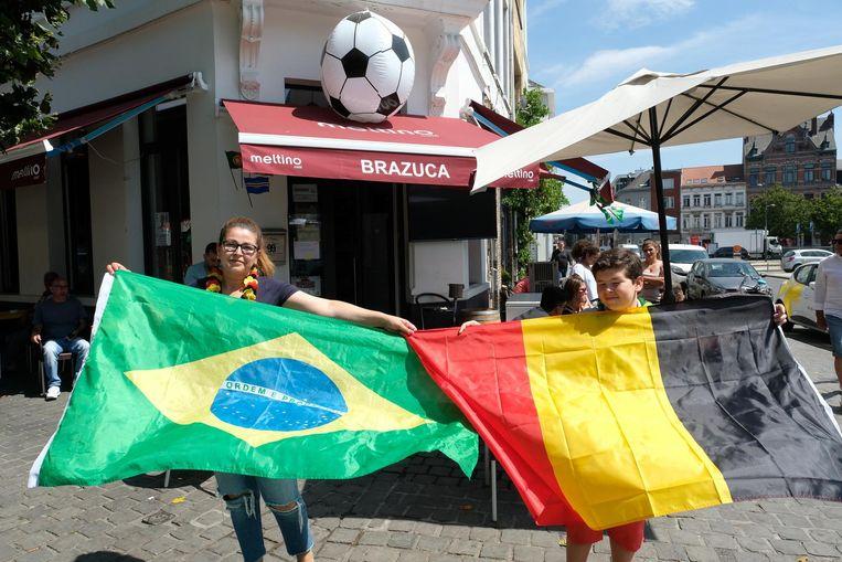 Uitbaatster Simone Da Silva met zoontje Gabriël voor hun café Brazuca.