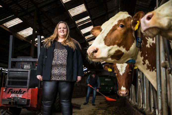 Nicole Koks bij haar buurman in de stal:  ,,Vraag mensen wat voor melk ze drinken, dan denken ze dat ze de melk rechtstreeks van de koe drinken. Maar de melk die in het pak zit, heeft niets te maken met wat je hier in de tank ziet gaan.''