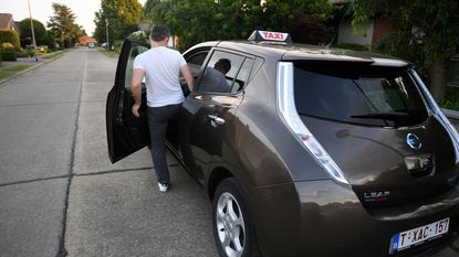 Koppel geeft chauffeur eerst klappen en steelt dan auto: boze dronkenlap knalt taxi tegen boom