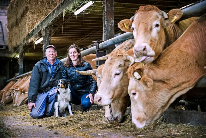 André van Dorresteijn met zijn vriendin Linda Benshop en hun hond Shirley tussen hun koeien.