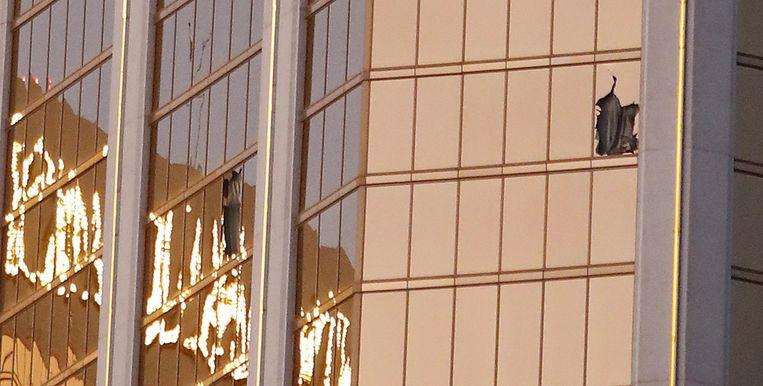 Twee kapotte ramen van het Mandalay Bay hotel na het incident. Beeld EPA