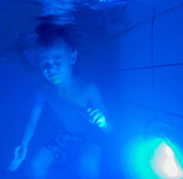 Disco onder water met ledverlichting | Hengelo | tubantia.nl