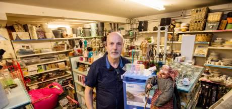Schijnzekerheid of niet, winkelier te Moergestel heeft honderd mondkapjes te pakken: 'En vanmiddag komt de gel'
