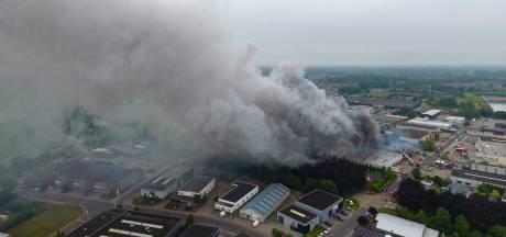 Woningen en bedrijven ontruimd vanwege zeer grote brand in Vorden, treinverkeer stilgelegd