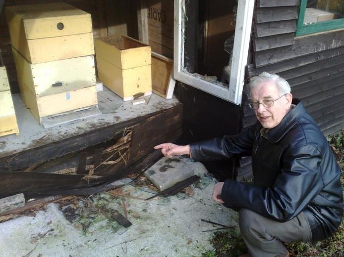 Imker Geert Kotterink bekijkt de schade aan zijn bijenstal. foto Inge Blankvoort