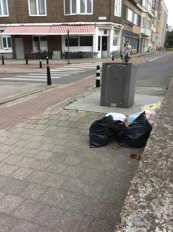 Ook naast deze OCT zijn zakken met afval gedumpt.