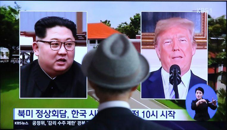 Een man kijkt tv in een treinstation in Seoul in Zuid-Korea waarop nieuws over de historische stop met Donald Trump en Kim Jong-un wordt uitgezonden.