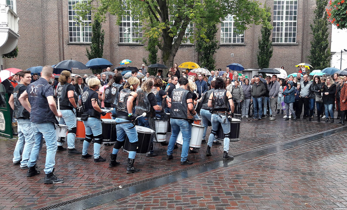 Drijfnat waren de slagwerkers van XammeRamme na hun show op de Bloemenmarkt tijdens Rooskleurig Festival Foto henk den ridder