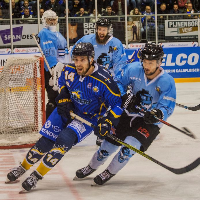 Mickey Bastings (links) in actie namens Trappers tegen IceFighters Leipzig.