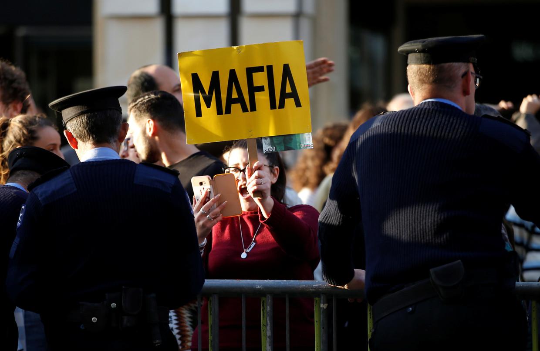 Tijdens aanhoudende protesten in Valletta wordt het vertrek van premier Muscat geëist. Hij heeft zijn aftreden aangekondigd, maar pas in januari. Beeld Reuters