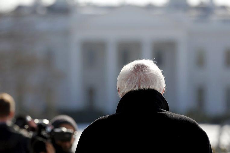 Bernie Sanders kijkt naar het Witte Huis Beeld null
