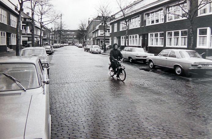 De Slotboomstraat in 1973. Duidelijk een regenachtige dag.
