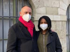 """Koppel houdt elke maandag hongerstaking aan stadhuis omdat ze niet mogen huwen: """"Merab is hier niet omdat ze mijn geld wil, maar omdat ze mij graag ziet"""""""