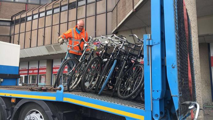 De fietsen voor De Plint worden weggehaald.