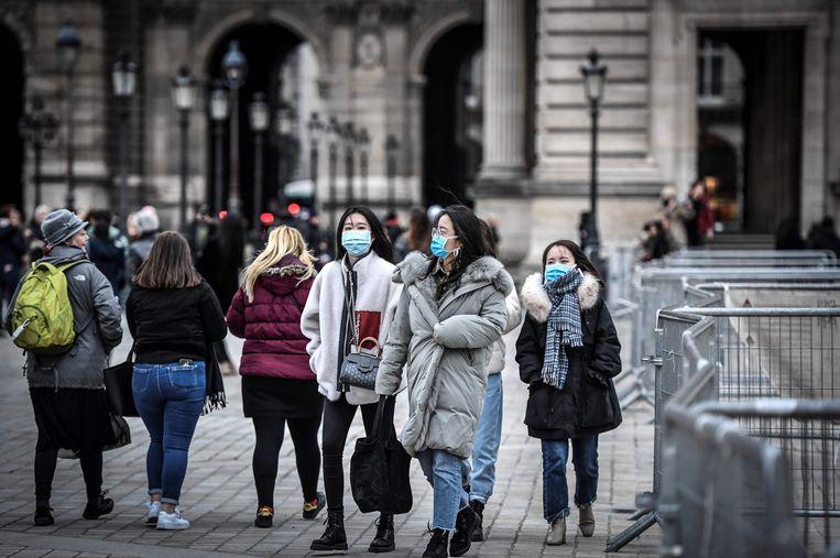 Toeristen aan het Louvre in Parijs.