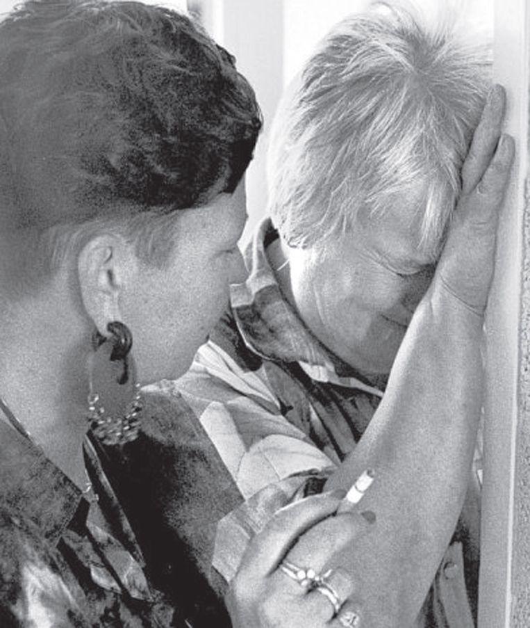 Staatssecretaris Elske ter Veld moet in 1993 een traantje laten bij haar afscheid. Beeld ANP