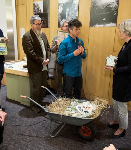 Honderden handtekeningen van voor- en tegenstanders van megastal in Ellecom