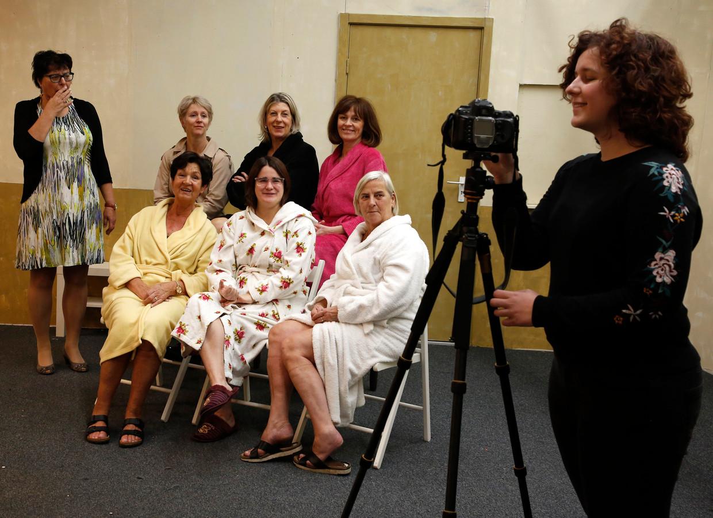 De dames van Toneel Steen maken zich klaar voor hun naaktfoto-shoot.