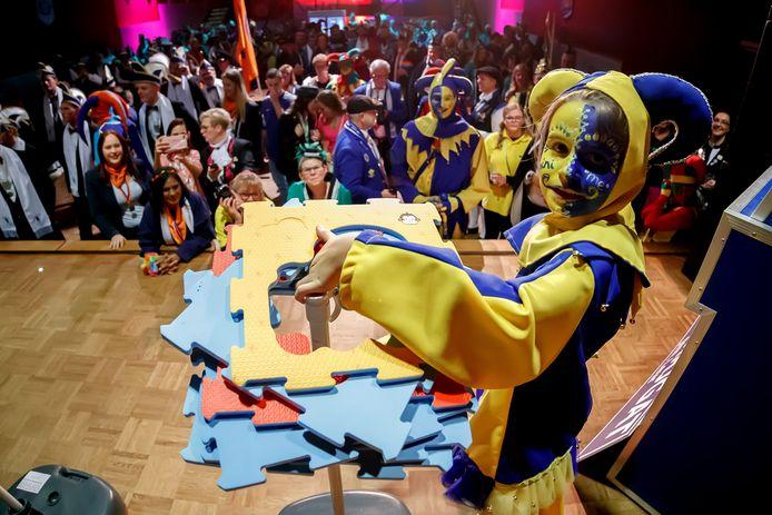 Het Narrenfestijn van Leurse Leut. Narren uit de regio strijden in diverse spelletjes op het podium van het Turfschip. Mini Me uit Snerkersdurp is erg behendig met het 'werpen' van puzzelstukjes.