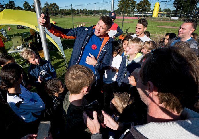 Kickbokser Rico Verhoeven wordt als een popheld onthaald op sportpark Galecop waar hij de de Dag van de Sportclub opende.