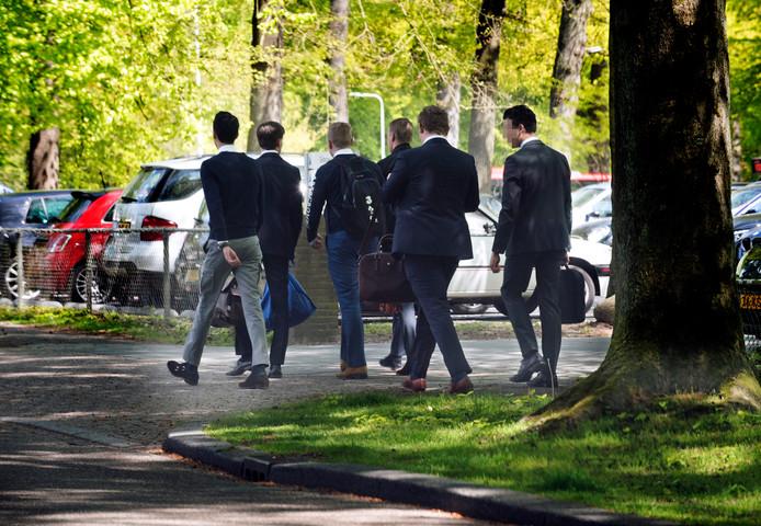 Een bekend tafereel in Driebergen, netjes in het pak gestoken IVA-studenten op de Hogesteeg.