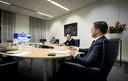 Premier Rutte (rechts) tijdens zijn videovergadering met de overige Europese leiders over de aanpak van het coronavirus.