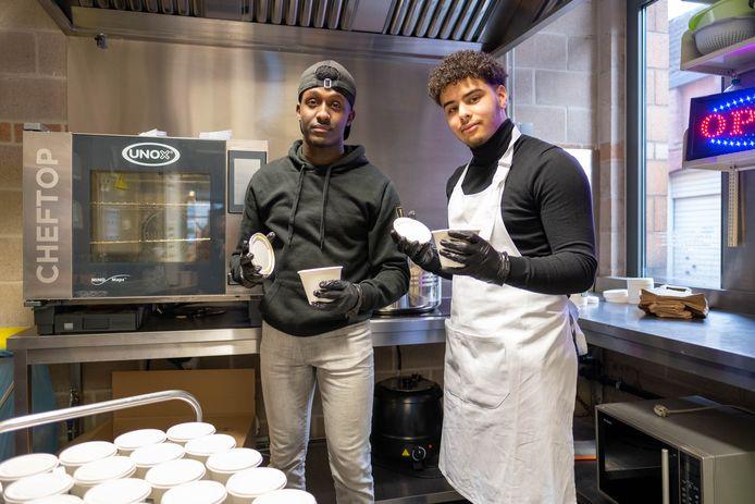 Ahmed Kaafi en Azzedine Belhasnioui leveren met startende onderneming Late Quatro maaltijden aan AZ Sint Maarten vanuit Artenova