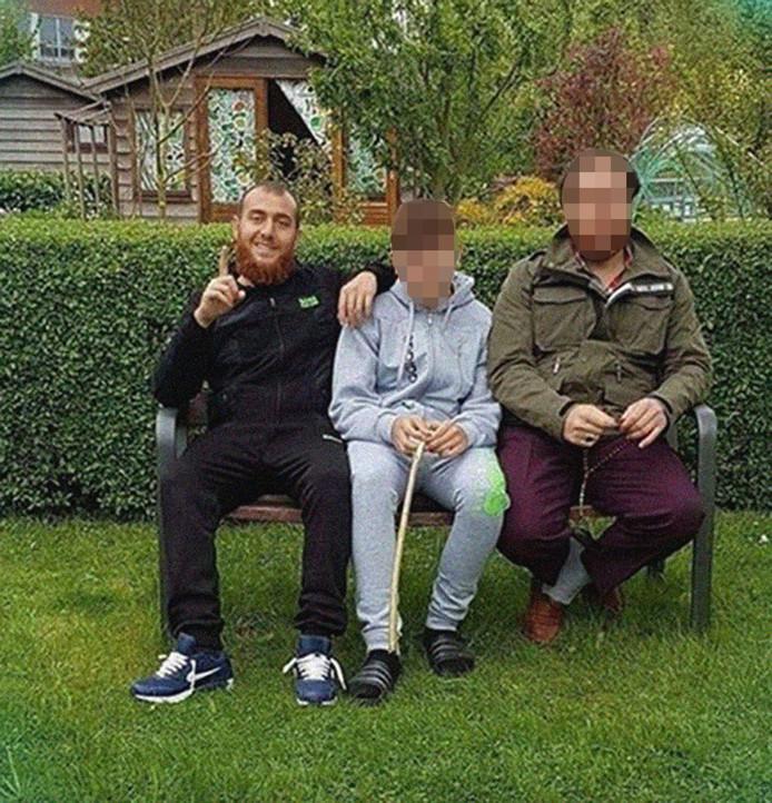 Gökmen (links) met een neefje en recht een van zijn broers.