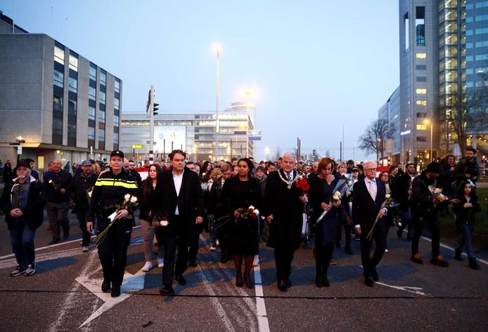 Burgemeester Jan van Zanen (M) gaat voorop in de stille tocht.