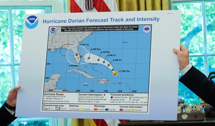 Op de kaart is te zien hoe een zwart lijntje werd bijgetekend om ook Alabama op het verwoestende pad van Dorian te plaatsen.