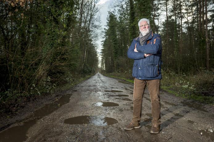 Dick Heesen op de Ossenbeltsdijk, een onverharde pad vol kuilen. De eigenaar van de paardenfokkerij aan de weg wil die graag geasfalteerd hebben.