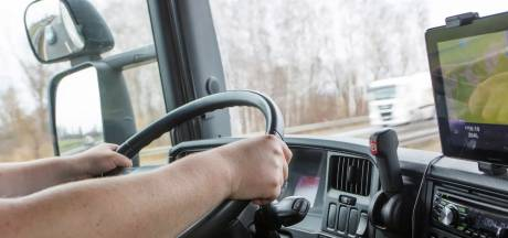 Tijdens het rijden je administratie bijwerken, deze chauffeur flikt het in Aalburg