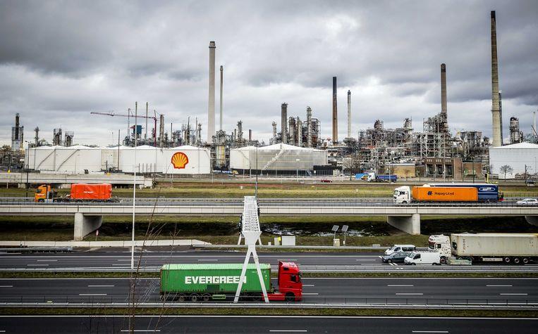 De raffinaderij van Shell in Pernis. Shell wordt gezien als representant van de ouderwetse olie- en gasindustrie, en daarmee het tegendeel van 'groen'. Beeld ANP