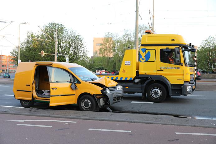 Automobilist rijdt tegen lantaarnpaal