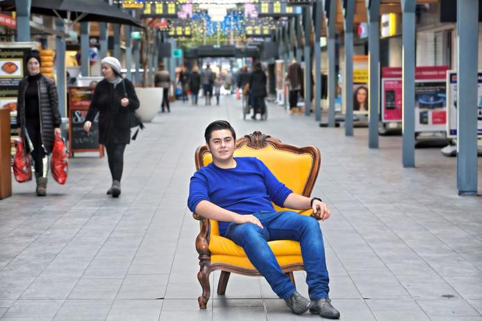 Roland Rutten is een actieve, Oosterhoutse jongere. Hij is hoofdredacteur van Ookvanwosterhout.nl, en organiseerde dit jaar het Try-Out Festival. Hier zit hij midden in winkelcentrum Arendshof in het centrum van de stad.