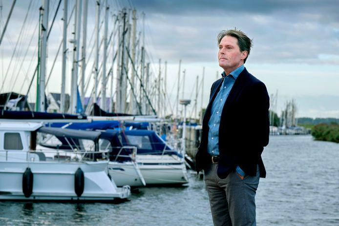 Wethouder Paul Boogaard bij de jachthaven in Numansdorp.