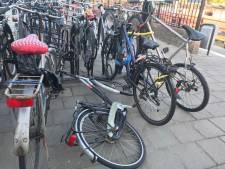 Puinhoop in fietsenstalling op station Etten-Leur
