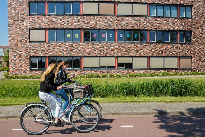 Jacob van Liesveldt vangt de uitval van acht leerkrachten op met tussenuren en door collega's lessen te laten overnemen.