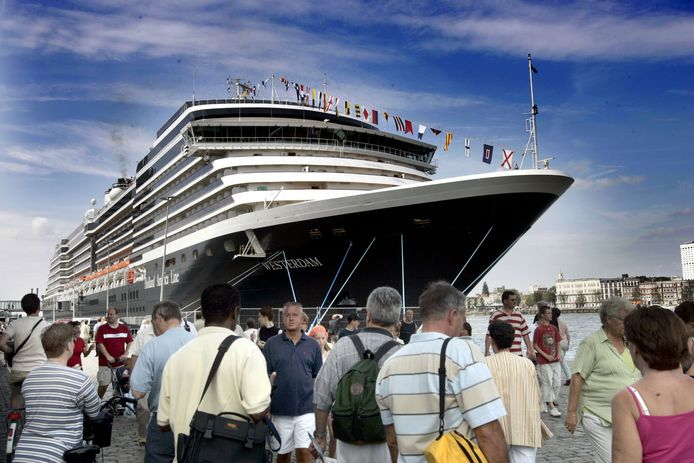 Cruiseschip de Westerdam, van de Holland Amerika Lijn, hier in de haven van Rotterdam