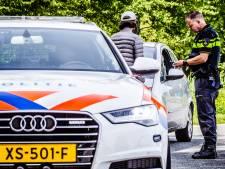 Wegpiraten worden ideale chauffeurs als ze de razendsnelle politiewagen opmerken