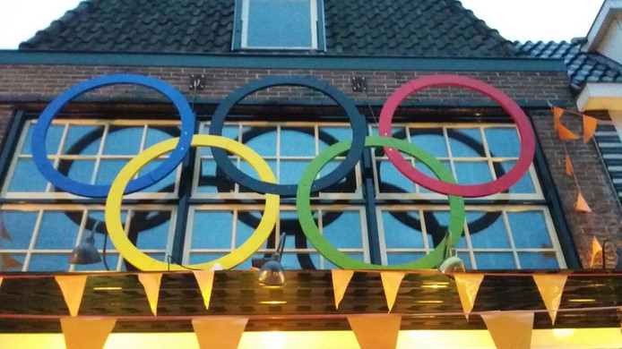 Olympische ringen boven het café in Lichtenvoorde