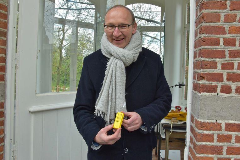 Een bijzonder kunstwerk in Wevelgem - de burgemeester met de koningin in zijn handen