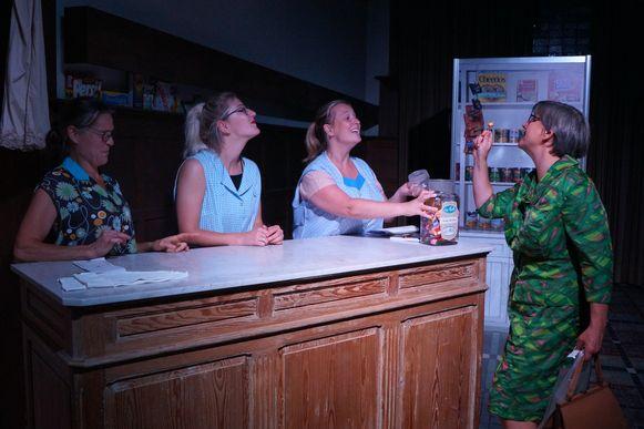 Tielt Vanessentens - De zusjes Braekevelt bieden steevast elke klant een snoepje aan in hun winkel