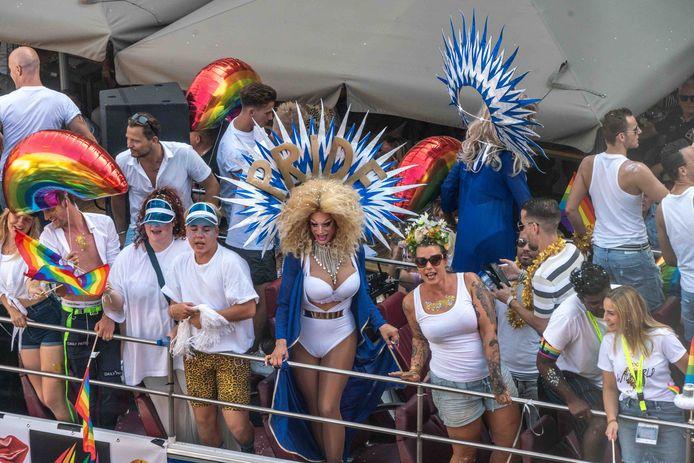 De Pride Parade van de Zwolle Pride is belangrijk voor de acceptatie van diversiteit, stelt hoogleraar John de Wit. ,,Er zit een soort confrontatie in.''