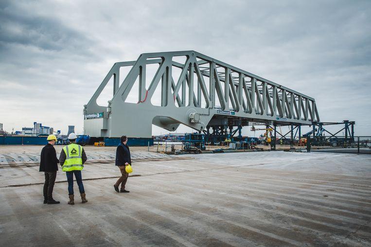 brug wordt in gereedheid gebracht om naar Antwerpen vervoerd te worden