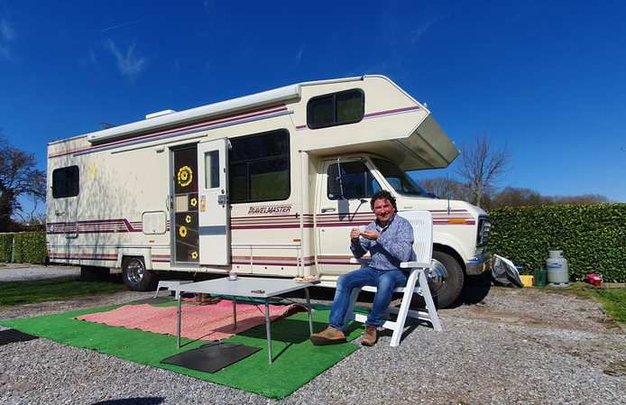 Corné de Bont voor zijn camper op camping De Kleine Abtshoeve