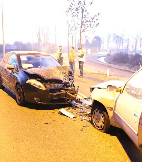 Auto's lopen forse schade op door botsing in IJzendoorn, verkeer omgeleid