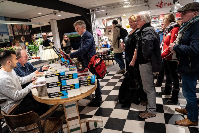 Dankzij Stentor-columnist Özcan Akyol (links) staat de dichter Levi Weemoedt weer in de belangstelling. Naast Akyol signeert hij hier zijn werk in een boekwinkel in Groningen.