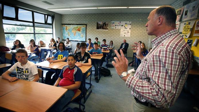 Jack Keijzer uit Hoogkarspel is de drijvende kracht achter de herdenking. Hier spreekt hij een schoolklas toe.