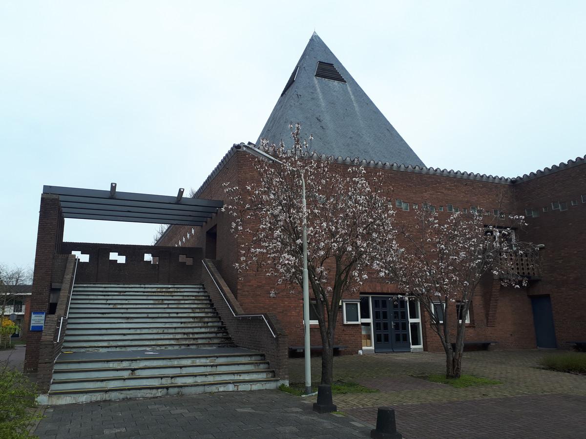 De spits van de kerk blijft behouden, maar de trap aan de zijkant van het gebouw verdwijnt bij de verbouwing.